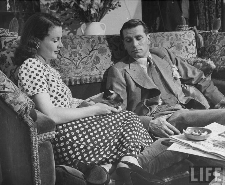 Vivien Leigh and Laurence Olivier with Siamese cat, New Boy, 1946