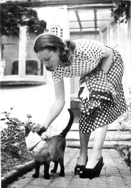Vivian Leigh, outside with New Boy her Siamese cat, 1946