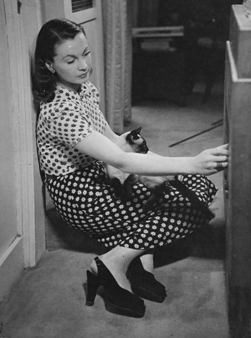 Vivien Leigh at home with New Boy,1946
