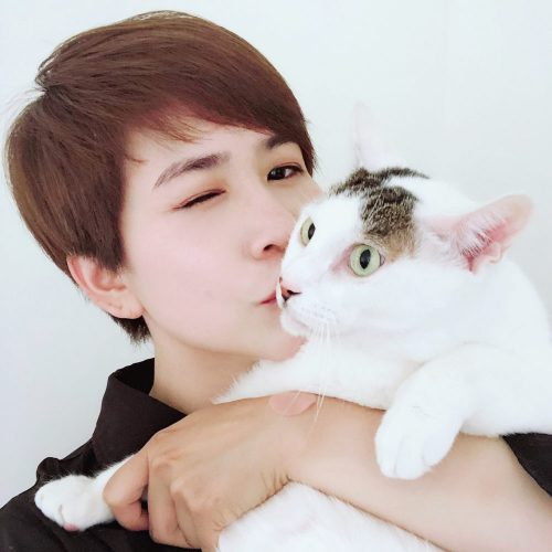 Chen-Pei-Yi with her cat